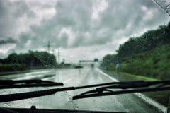 Körning i regnet royaltyfri fotografi