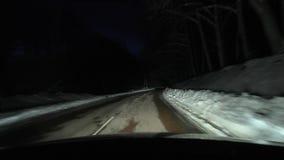 Körning i snö på natten stock video