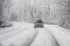 Körning i snöstorm royaltyfria bilder
