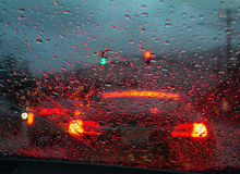 Körning i tungt regn Arkivfoto