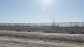 Körning längs gränsen av USA och Mexico stock video