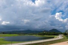 Körning längs vägen med härligt landskap och blå himmel Royaltyfri Bild