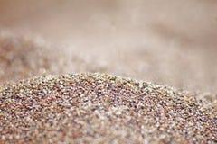 Körning-mångfärgad sand för hav på strandnärbilden Arkivfoton