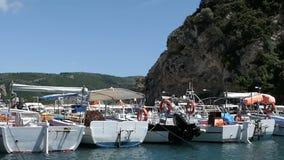 Körning med ett fartyg på hamnen av Paleokastritsa förbigå andra fartyg corfu greece stock video