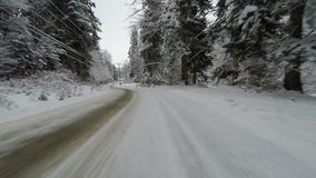 Körning på den curvy snöig vägen arkivfilmer