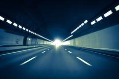 Körning på den hög hastigheten i en tunnel på en huvudvägväg arkivfoton