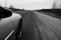 Körning på den hög hastigheten ner en landsväg Arkivbilder