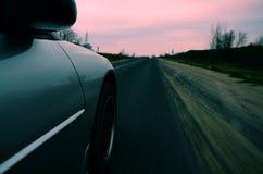 Körning på den hög hastigheten ner en landsväg Arkivfoton