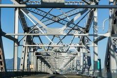 Körning på den Richmond - San Rafael bron John F McCarthy minnes- bro på en solig dag, San Francisco Bay, Kalifornien fotografering för bildbyråer