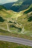 Körning på den slingriga bergasfaltvägen Arkivbild