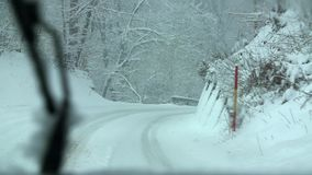Körning på den snöig landsvägen förbi skog på båda sidor lager videofilmer