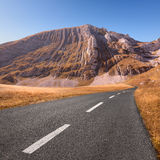 Körning på den tomma asfaltvägen Royaltyfria Foton