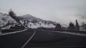 Körning på en bergväg stock video