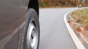 Körning på en landsväg till och med skogen - låg-vinkel sikt stock video