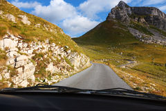 Körning på en tom väg i berg Fotografering för Bildbyråer