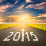 Körning på en tom väg på solnedgången framåtriktat till 2015 Arkivbild