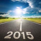Körning på en tom väg till ny 2015 Royaltyfria Bilder