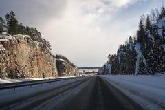 Körning på huvudvägen efter insnöad vinter fotografering för bildbyråer