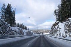 Körning på huvudvägen efter insnöad vinter arkivfoto