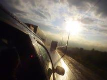 Körning på huvudvägen på solnedgången royaltyfri foto