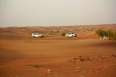 Körning på jeepar på öknen Arkivfoton
