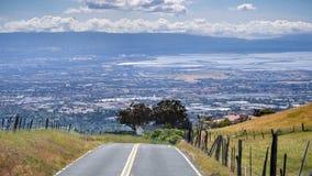 Körning på kullarna som omger San Francisco Bay område; den södra shorelinen som är synlig i bakgrunden; San Jose Kalifornien arkivfoton