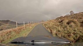 Körning på vägen för enkelt spår på ön av Raasay - Skottland arkivfilmer