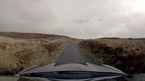 Körning på vägen för enkelt spår på ön av Raasay - Skottland stock video