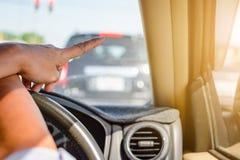 Körning på vägturer och trafik för säkerhet arkivfoto