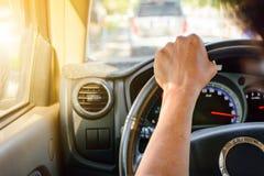 Körning på vägturer och trafik för säkerhet arkivbild