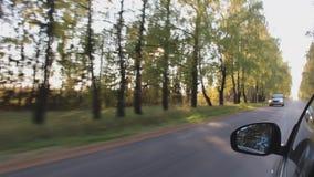 Körning, passage, körbana eller transport av den svarta bilen i hösten arkivfilmer