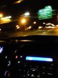 Körning snabbt på huvudvägen royaltyfri bild