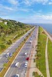 Körning till naturen på vägen med skilda vägbanor i en solig dag Arkivfoton