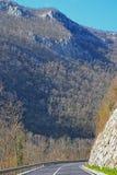 Körning till och med bergen arkivfoto