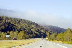 Körning till och med bergen av West Virginia arkivbilder