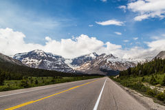 Körning till och med den kanadensiska Rocky Mountains Arkivbilder