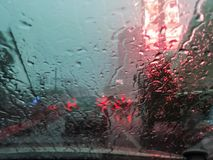 Körning till och med gatorna av staden under stormen på royaltyfri bild
