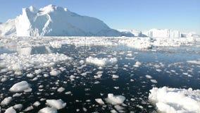 Körning till och med is i arktiskt vatten stock video