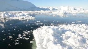 Körning till och med is i arktiskt vatten lager videofilmer