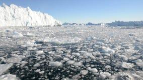Körning till och med is i arktiskt vatten arkivfilmer