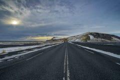 Körning till och med Island med den tomma huvudvägen royaltyfri fotografi
