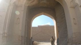 K?rning till och med maingate av det Derawar fortet i Bahawalpur Pakistan arkivfilmer