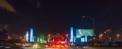 Körning till och med SLAPPA pyloner på natten Arkivfoton