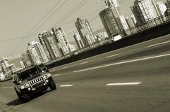 körning ut av townen Arkivfoto
