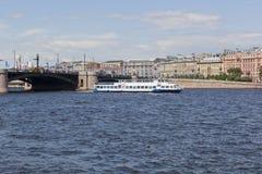 körningar för Två-däck motorskepp Moscow-55 längs Neva River mot bakgrunden av utbytesbron och den Mytninskaya invallningen I Royaltyfria Foton