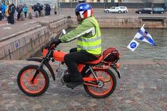 Körningen av mopeds på gator av Helsingfors, kan 16 2014 Arkivbild
