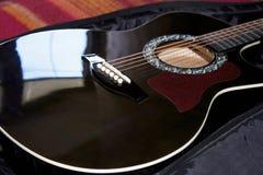 Körper der Akustikgitarrenahaufnahme Lizenzfreies Stockfoto