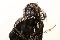 Körper gemalte Frau, die ein Stroh isst Lizenzfreies Stockfoto