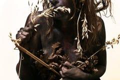 Körper gemalte Frau, die ein Stroh isst Lizenzfreie Stockfotografie