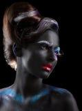 Körper-Malerei phantasie Frau mit fantastischem theatralischem Make-up über Schwarzem lizenzfreie stockfotos